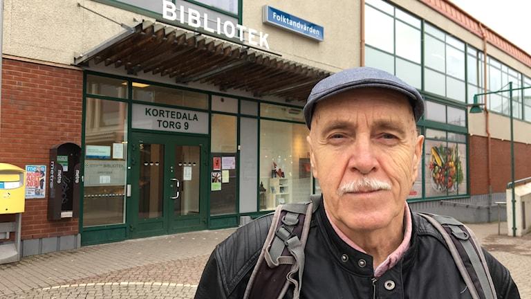 Håkan Lundqvist är en av de som samlat in namnunderskrifter för att rädda Kortedala bibliotek. Foto: Josipa Kesic/Sveriges radio