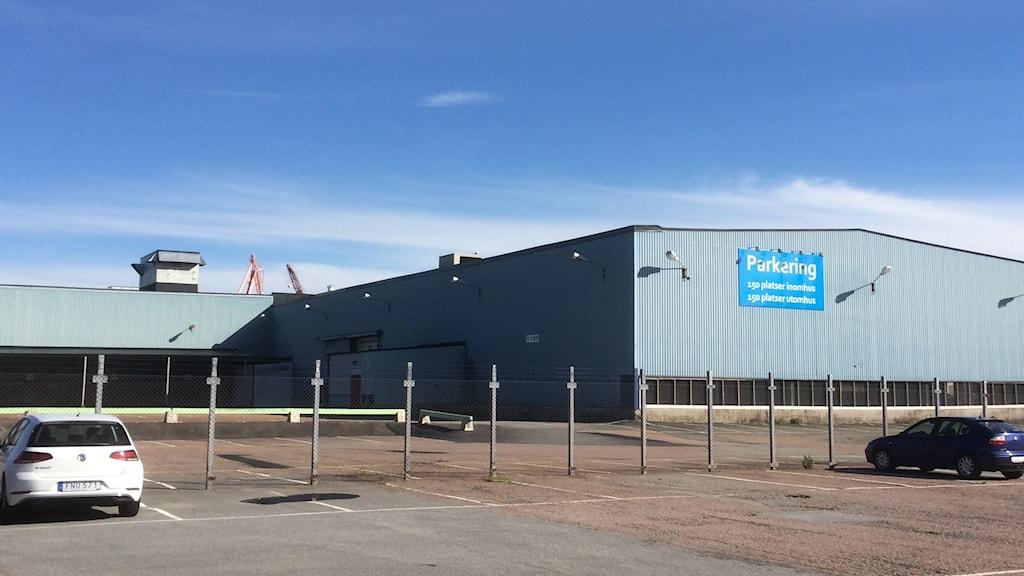 Öde parkeringsplats och blå plåtbaracker ska ersättas av Geely Innovationscenter