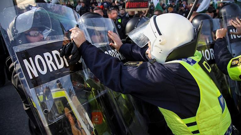 Demonstranter från Nordiska motståndsrörelsens (NMR) konfronteras av kravallpoliser vid demonstrationen i centrala Göteborg