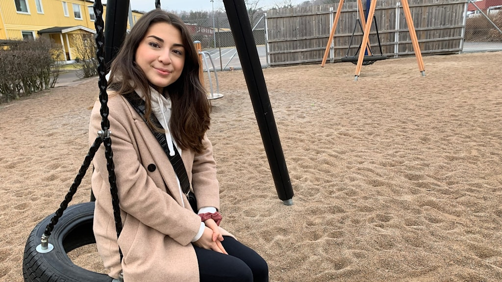 Ayla canpunar tävlar i Sveriges mästerkock. Sitter på en gunga i Tuve där hon växt upp.