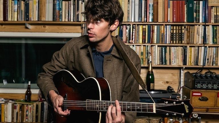 En kille med en gitarr