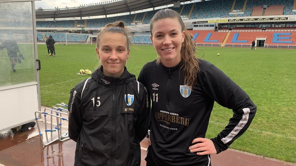 Två fotbollsspelare i svarta tröjor på Ullevi.