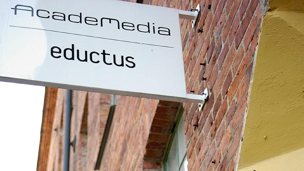 Skylt med namnet på den privata arbetsförmedlingen Academedia i Norrköping.