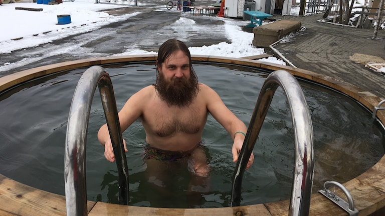 Marcus Olsson prövar kalla saltvattenpoolen efter bastun i Jubileumsparken.