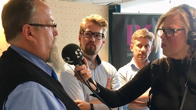 Boris Jernskiegg (SD), Daniel Filipsson (M) och Simon Waern (S) intervjuas av Helén Palmqvist Novik