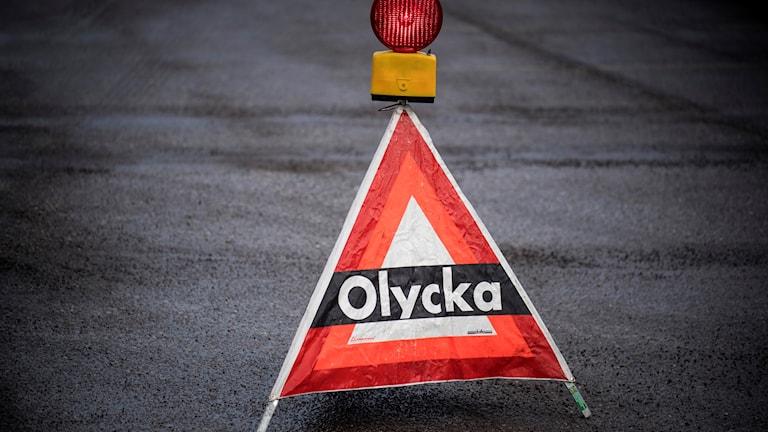 """varningsskylt med texten: """"olycka"""" på."""