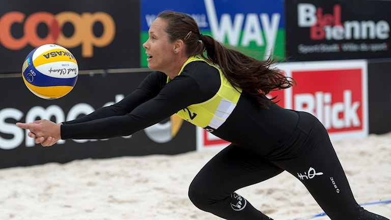Anne-Lie Rininsland tar en boll på volley