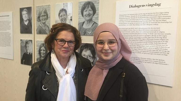 Lena Forsberg och Tuba Kinali framför utställningen i Göteborgs Domkyrka.