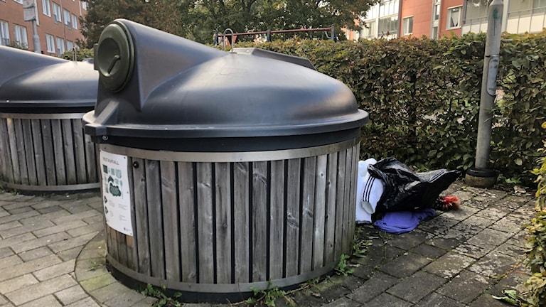 Att skräpa ned och sortera sina sopor fel kostar bostadsbolagen miljoner varje år.