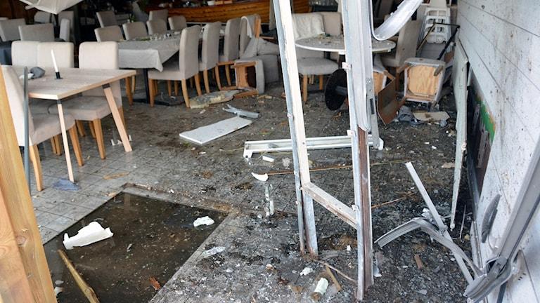 Stor förödelse i en restaurang efter en explosion.