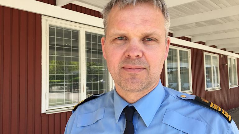 En polisman med blå skorta.