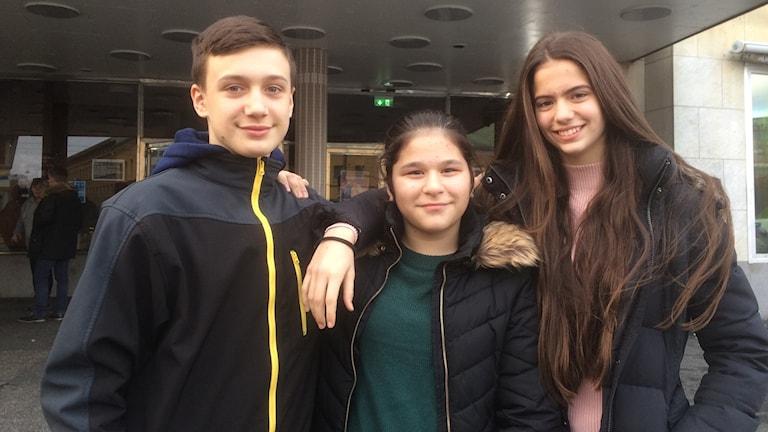 Adrijan Bogdanovski, Iman Zainel och Andrea Simonovic Pajovic från Svartedalsskolan framför biografen Draken.