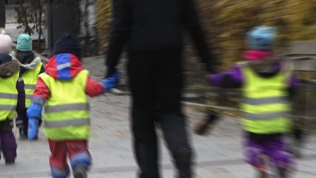 dagisbarn på promenad med okänd vuxen