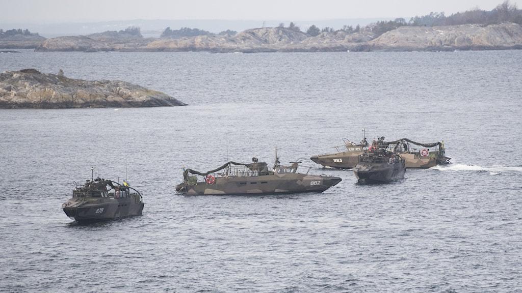 Militära fartyg vid kusten.