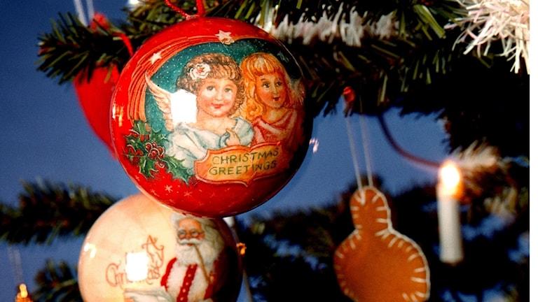 Julgranspynt hänger i en gran.