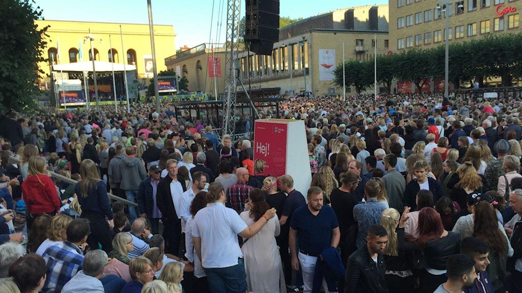 Götaplatsen och Kungsportsavenyn fulla med åhörare som kommit för att höra Göteborgssymfonikerna och Miriam Bryant