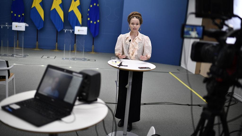 Kulturminister Amanda Lind (MP) under en presskonferens.