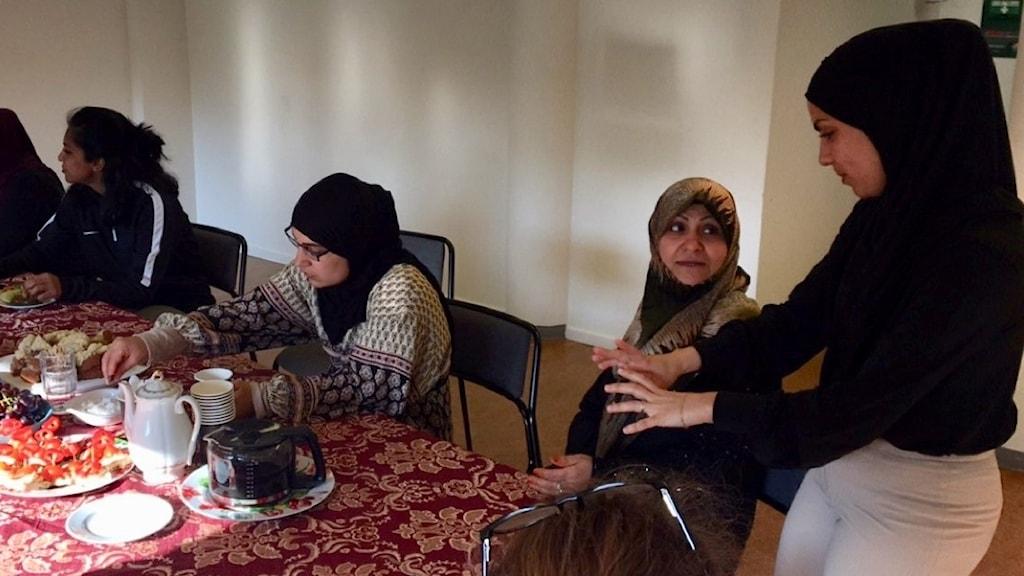 Hajar Al-Saidan står och förklarar om hur hon tänker sig att den kommande boken ska se ut. Foto: Josipa Kesic/Sveriges r