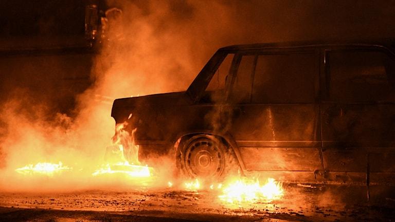 En brinnande bil