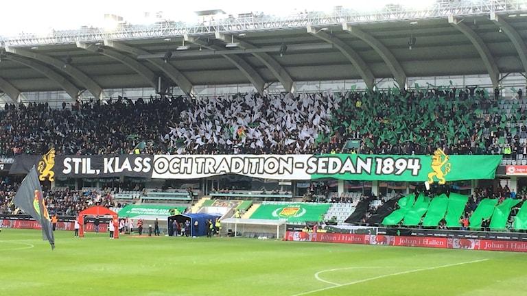 Gias-supportrarnas tifo i grönt, vitt och svart.