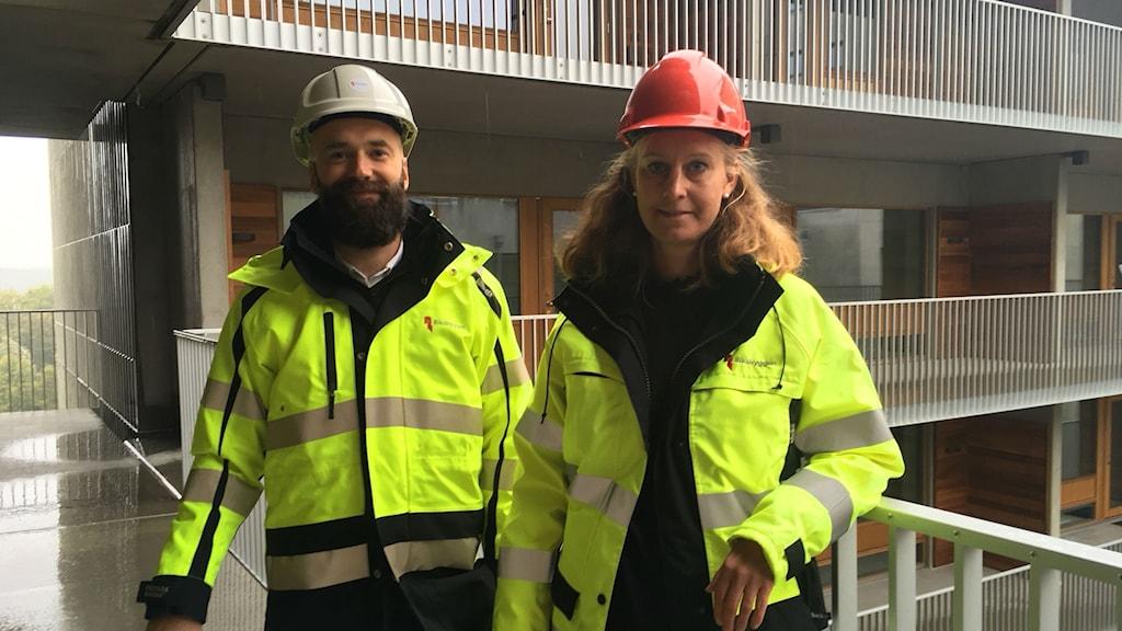 Martin Lundblad och Charlotta Brolin visar runt på bygget.