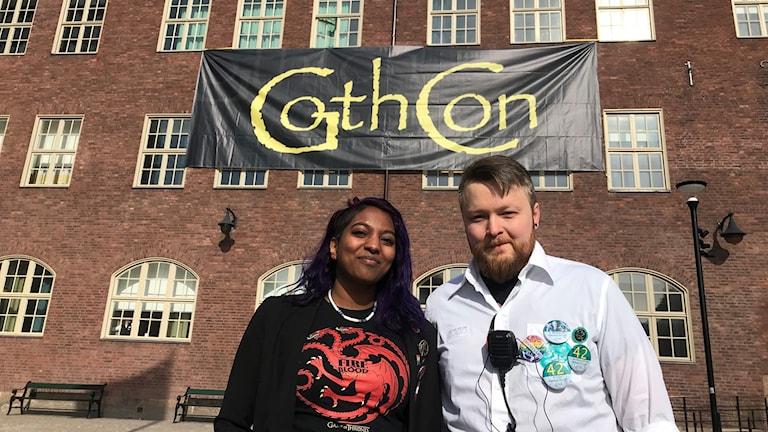 Spelälskarna Anna Erlandsson (Sverok) och Hampus Nordin (Gothcon) framför Hvitfeldtskas tegelfasad