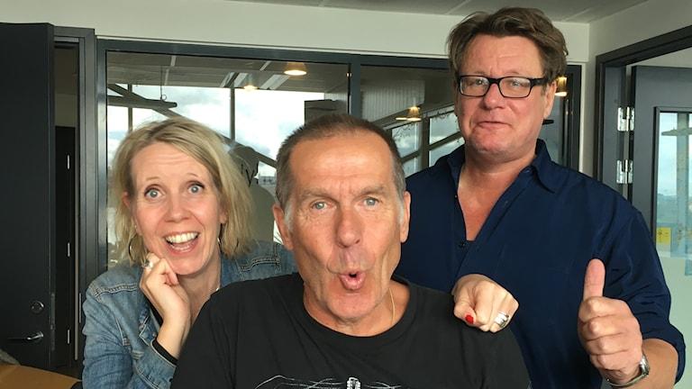 Tre glada människor i studion