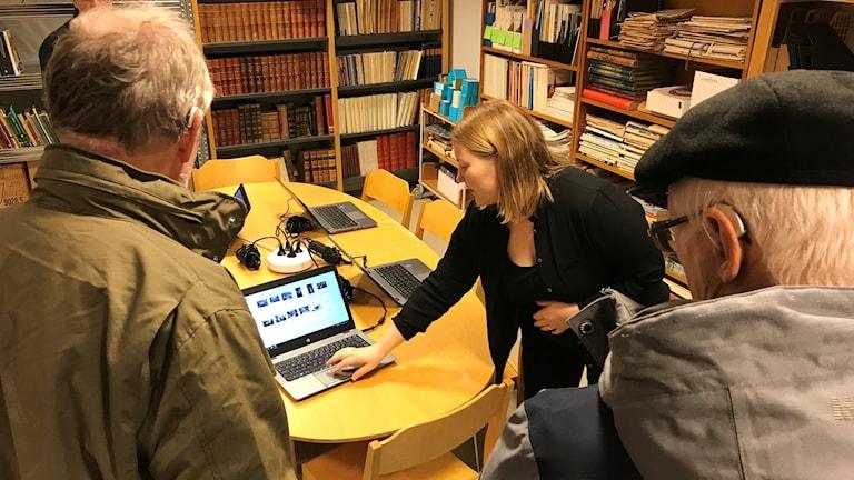 Frida Lönnberg, alingsås museum, visar för besökare hur man söker i det digitala muséet.