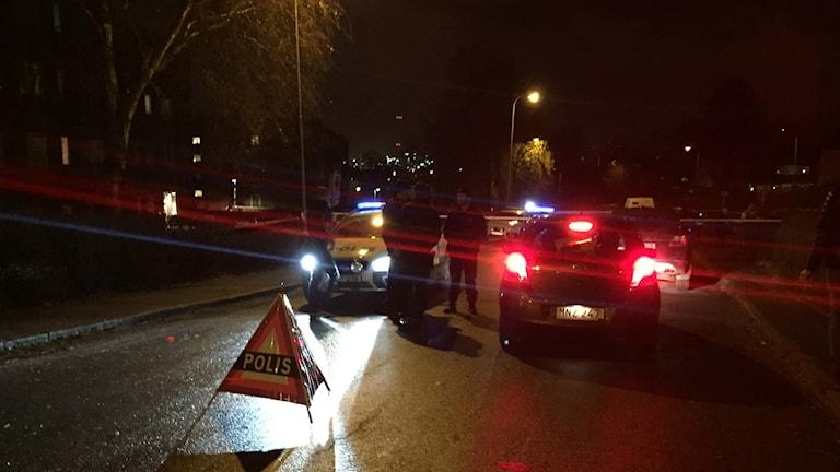 Kon med polistext, bromsljus från bil poliser polisbil