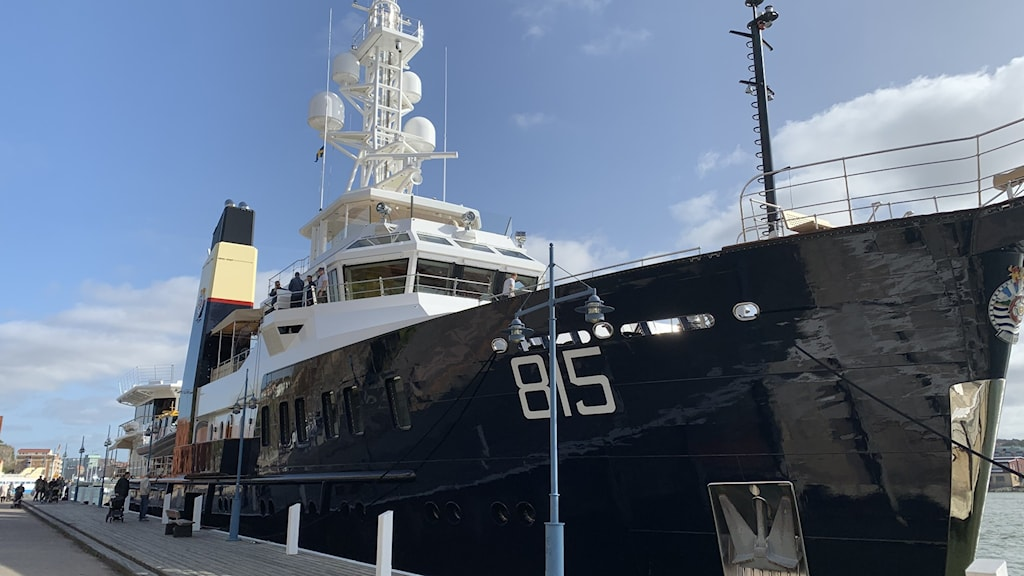 Stor svart båt