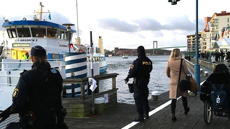 Tung beväpnad polis möter passagerarna med Älvsnabben.