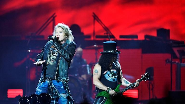 Sångaren Axl Rose och gitarristen Slash.