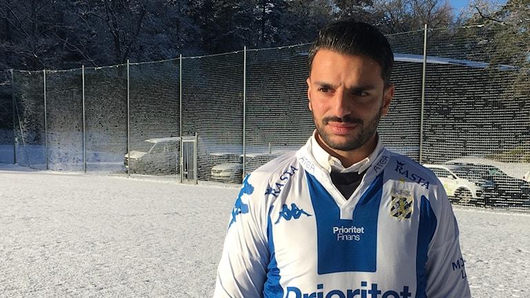 En man på en snötäckt fotbollsplan