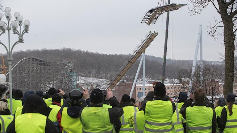 Lisebergs personal beskådar högsta bandelen av Valkyria.