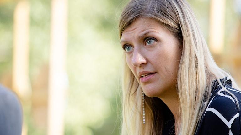 En kvinna med mellanblont långt hår.