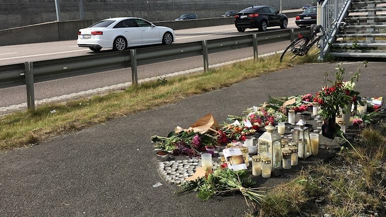 Blommor i anslutning till olycksplatsen där en polisman dog.