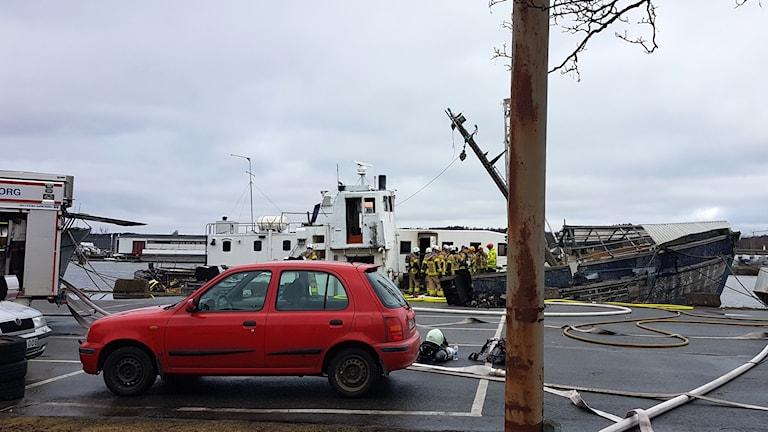 Båten, med synliga skador med flera av räddningstjänstens personal ombord.