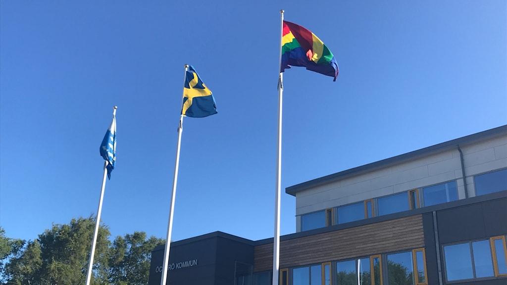 Öckerö- Sverige- och prideflaggor vajar i luften