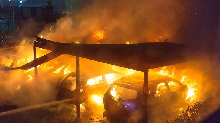 Bilar brinner.