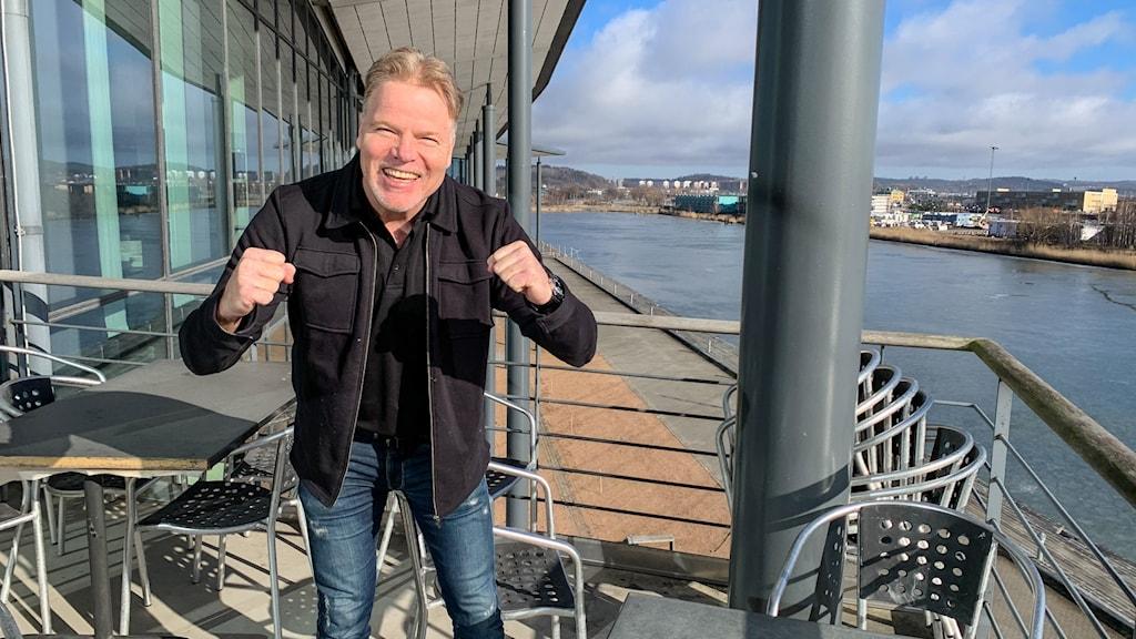 Man på balkong vid Göta älv.
