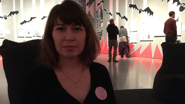 Anna Hyltze är projektledare för Tove Jansson utställningen med ett skrämmande landskap med fladdermöss i bakgrunden