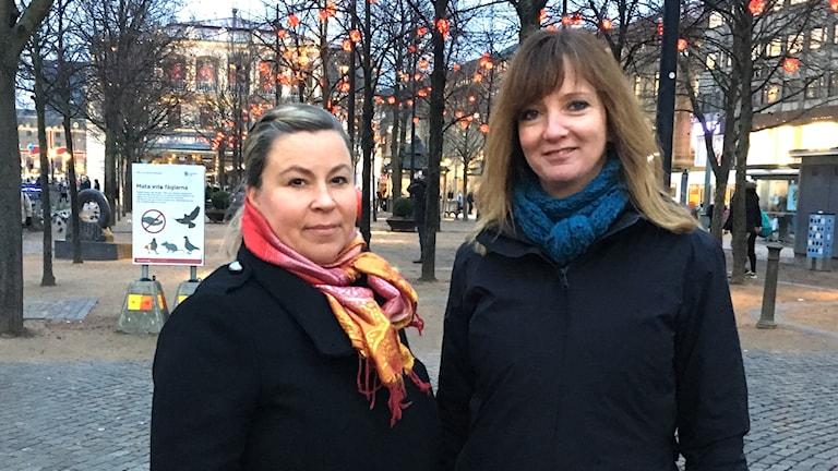 Två kvinnor i Brunnsparken.
