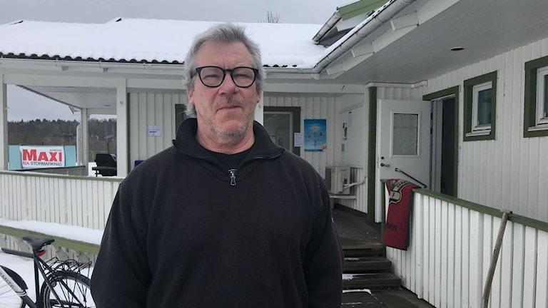 En man som står utomhus utanför en idrottsförening i Alingsås.