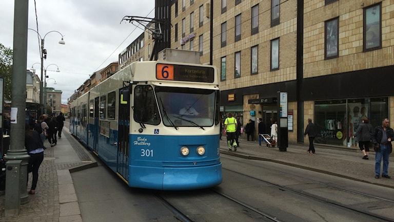 Sexans spårvagn på hållplatsen i Brunnsparken