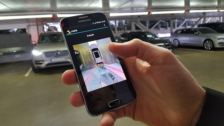 mobiltelefon med en bild av en bil