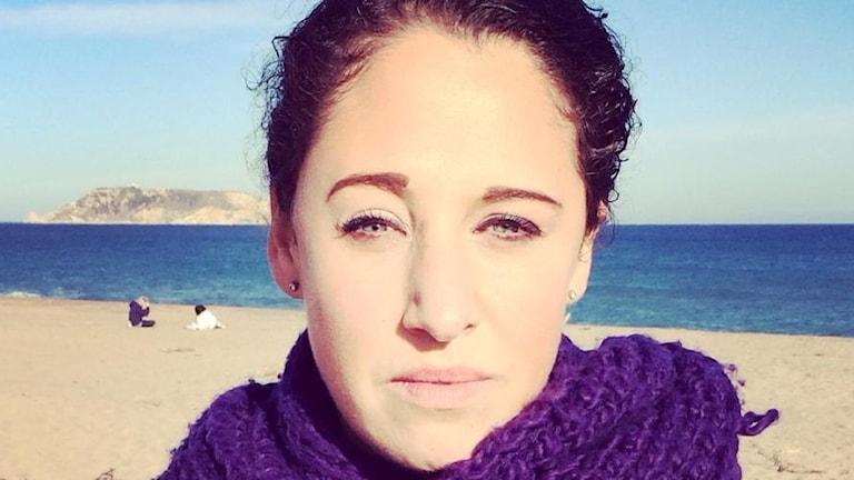 Kvinna på en strand i närbild