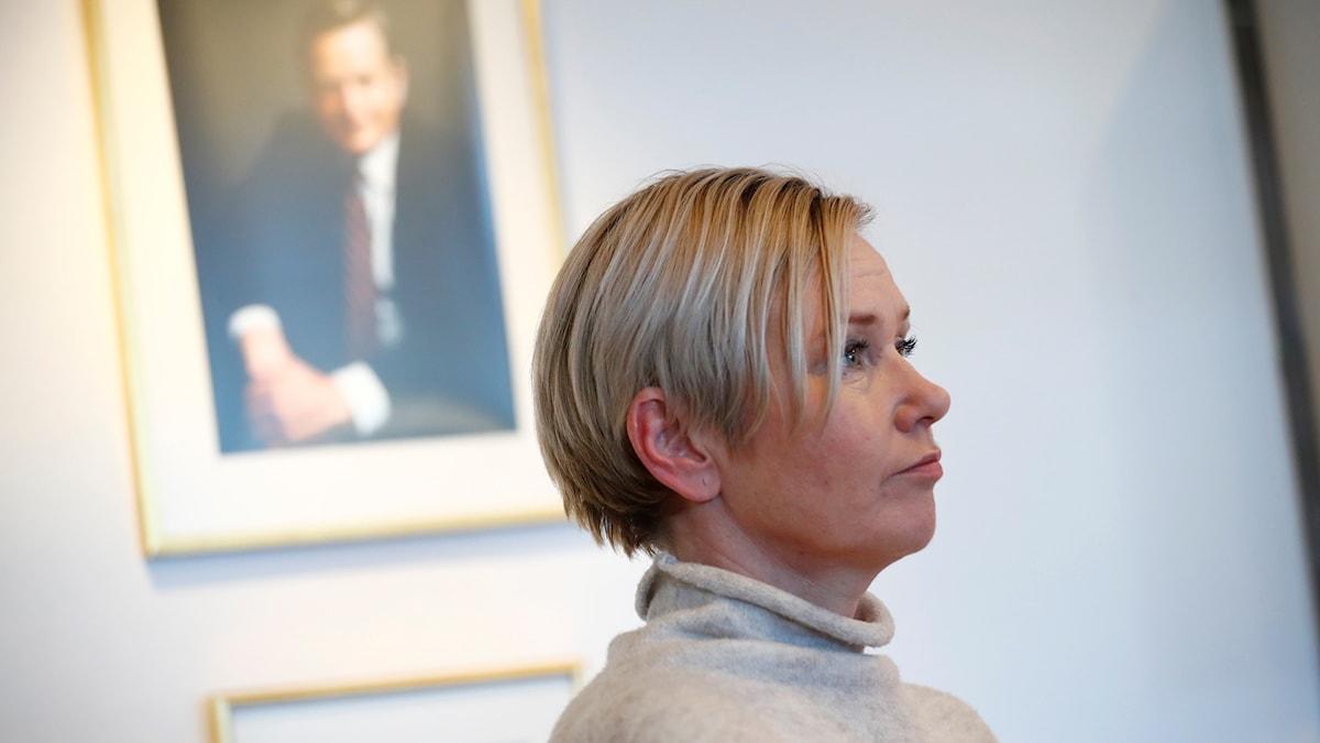Anna Josefsson framför porträtt på Olof Palme.
