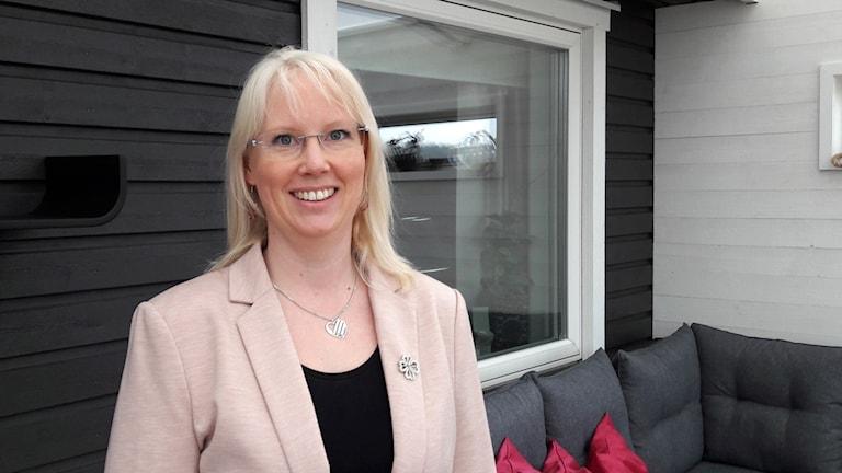 Linda Maria Hermansson på en veranda.