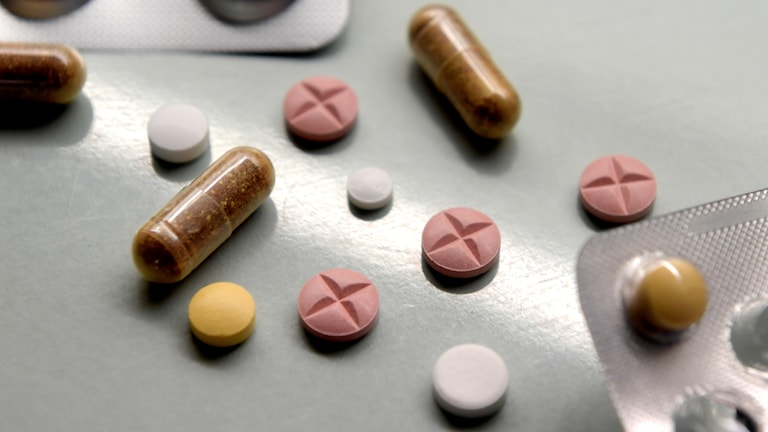 Tabletter på ett bord.