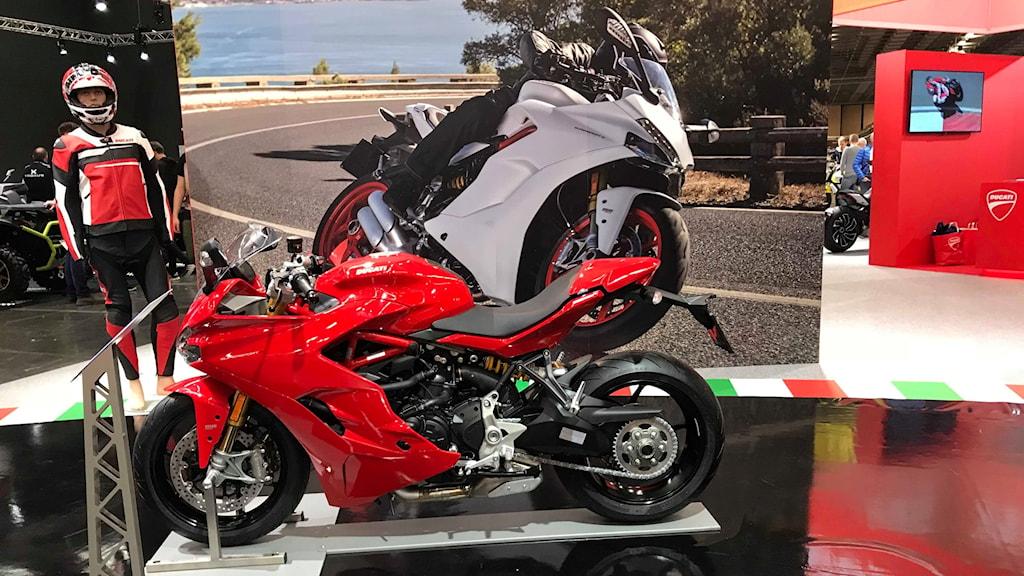 En röd motorcykel på MC mässan